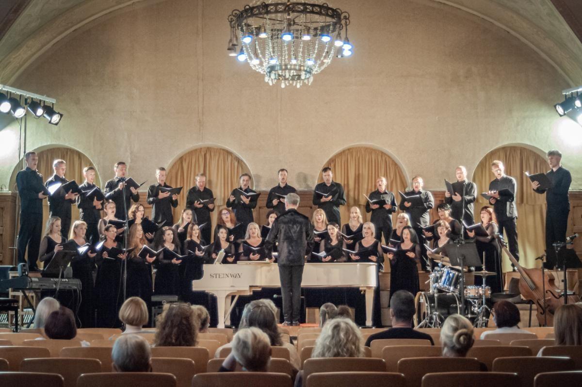 """Muzikinio teatro choro talentai atsiskleidė koncerte """"Liepsnojančios garstyčios"""""""
